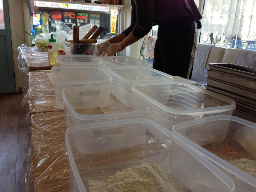 パン教室開始前の準備の風景