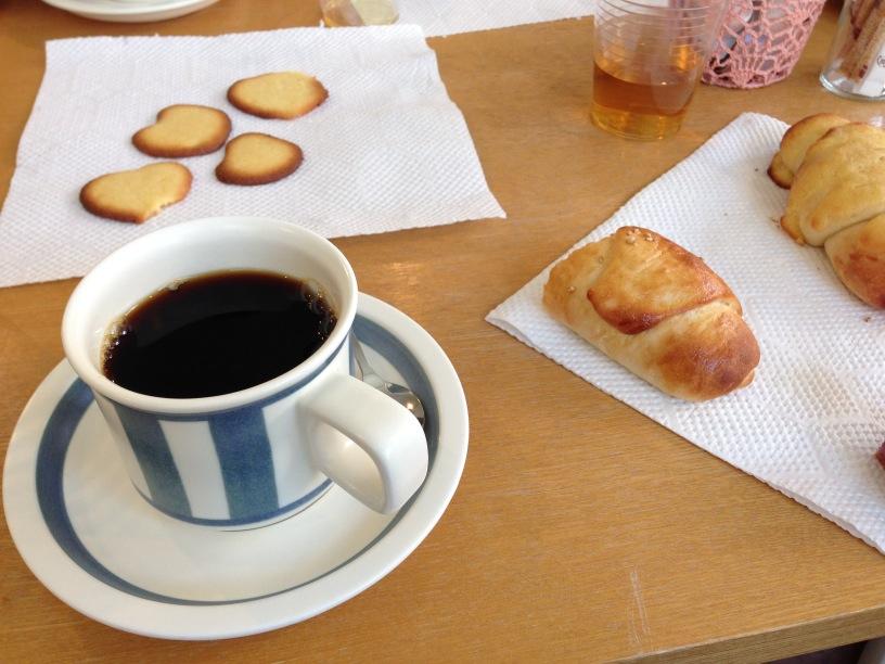 コーヒー、焼きたてパン、焼き立てクッキー