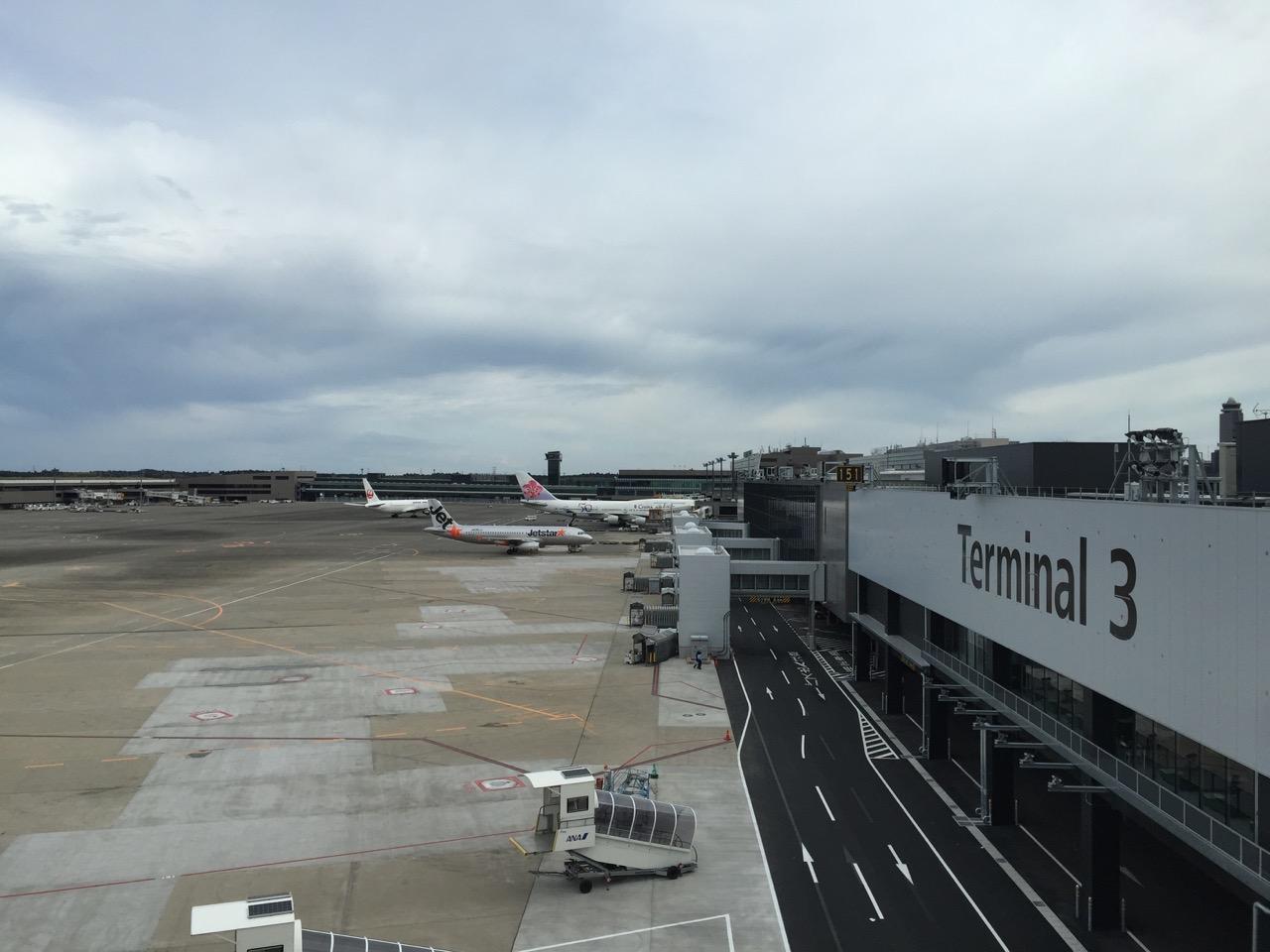 成田空港第3ターミナルから駐機場を望む
