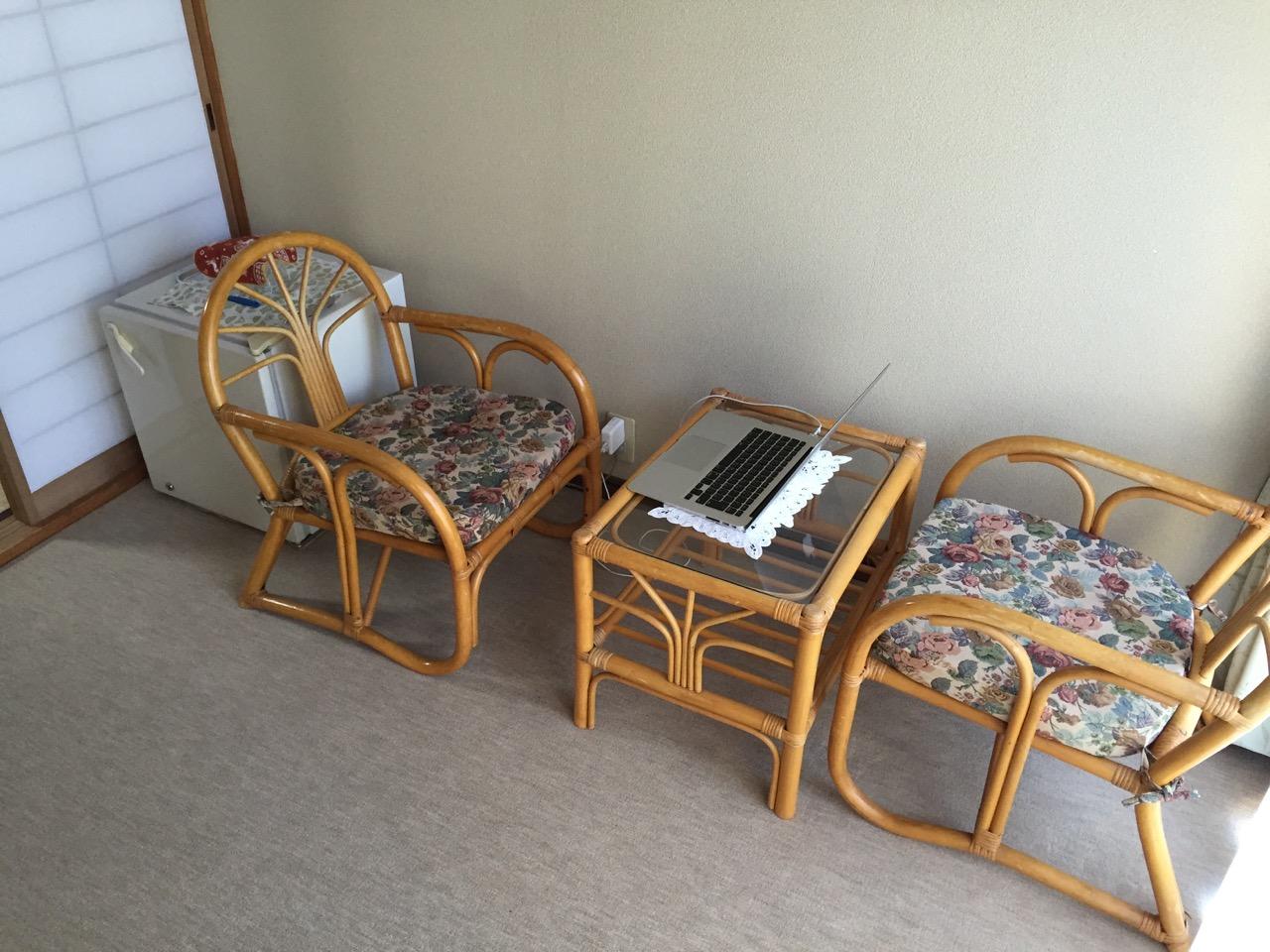 菊香荘の朝 - Macとテーブルと椅子